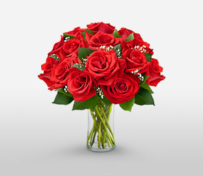 Charmed This Christmas <Font Color=Red> 1 Dozen Roses In A Vase